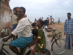 Drei Kinder mit ihrem Vater auf dem Fahrrad
